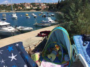 pimpi-bábo-bábätko-na cestách-leto-zážitky-dovolenka-tipy-blog-mama cestuje-krk-chorvátsko-vrbnik-baška-soline-pláže-piesok-kamene-deti-rady