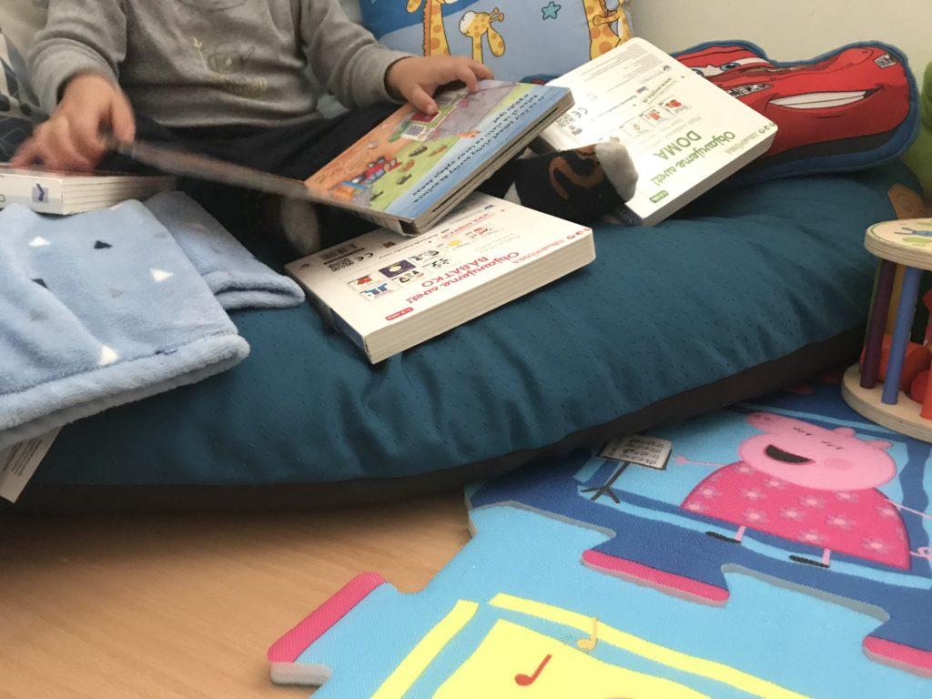 pimpi-bábo-bábätko-cestuj s deťmi-cestovanie s bábom-rady a tipy-mamablog-čítanie-detské knihy-vydavateľstvo svojtka-minipédia-kde je pani sliepka-reporelo-čitateľský kútik-knižnica