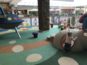 pimpi-bábo-bábätko-cestovanie-cetuj s deťmi-cestovanie s deťmi-nákupné centrá-zábava-ihrisko-hračky-deti