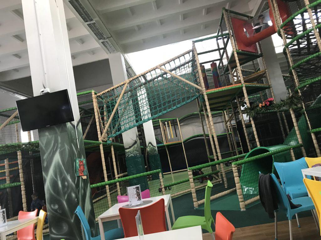 pimpi-cestovanie-blog-mama blog-cestuj s deťmi-cestovanie s bábom-cestovanie s bábätkom-bábo do sveta-prešov-fundiland-zábava-indoor-ihrisko-opičia dráha-guličky-lego-šmykľavky