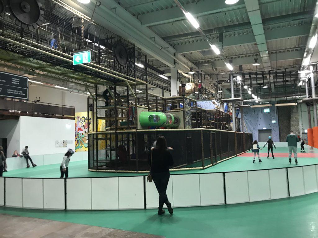pimpi-bábo-bábätko-cestovanie-cestuj s deťmi-košice-steam factory-optima-zábava-šport-zábavný areál-rodiny-smiech-deti-korčuľovanie-stretlnica-laser tag-detský svet-lanová dráha-lezenie